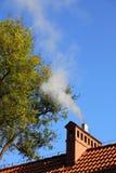 Dym od kominowego nieba błękita Fotografia Royalty Free