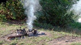 Dym od ogniska Dym ciągle zmienia kierunek wiatrem ?adny osoba zdjęcie wideo