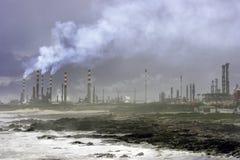 Dym od rafinerii ropy naftowej morzem Obraz Royalty Free