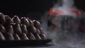 Dym odkrywa prezenta pudełko w tle talerz z truskawkami zdjęcie wideo