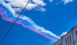 Dym w kolorach rosjanin flaga opuszczał w niebie Su-25 szturmowymi samolotami na paradzie zwycięstwo w Wielkiej Patriotycznej woj Zdjęcia Royalty Free