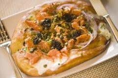 Dymiąca łososiowa pizzy zakąska zdjęcia royalty free
