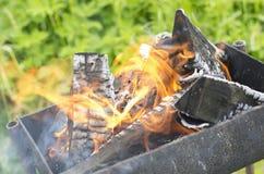 Dymiący łupkę w brązowniku i płonący Fotografia Stock