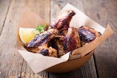 Dymiący barbecued kurczaków skrzydła fotografia royalty free