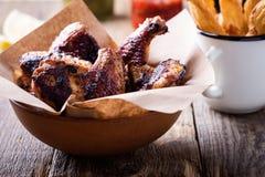 Dymiący barbecued kurczaków skrzydła fotografia stock