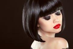 Dymiący oka makeup zbliżenie Czarna koczek fryzura czerwone usta sexy Zdjęcia Stock