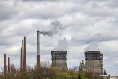 Dymić przemysłowych kominy Fotografia Stock