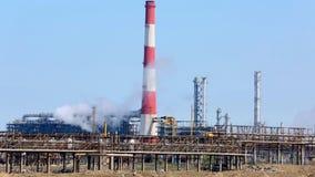Dymić przemysłowych kominy przy świtem Pojęcie dla ochrony środowiska przemysłowy target613_1_ drymb Bielu dym nad wysokim CHP ch zbiory