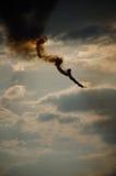 Dymiący akrobatyczny samolot na chmurnym niebie Fotografia Stock