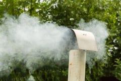 Dymiący stovepipe na wietrznym dniu Obrazy Royalty Free