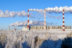 Dymi od drymb termiczne elektrownie na tle czysta zimy natura obraz stock