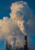 Dymi od przemysłowych kominów przy świtem w mieście Obraz Royalty Free