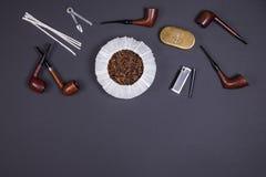 Dymienie drymby i tabaczni akcesoria na ciemnym tle Odgórny widok Zdjęcie Royalty Free
