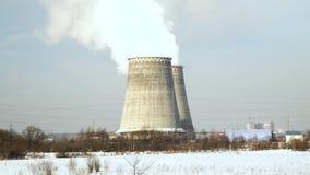 Dymienie drymby na zakładzie produkcyjnym na zima krajobrazie Dymienie komin na przemysłowej fabryce Przemysłowe drymby dalej zbiory wideo