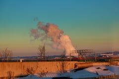 Dymienie drymby termiczna elektrownia na zmierzchu Fotografia Royalty Free