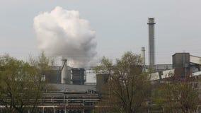 Dymienie elektrownia, dym od kominów, miasto Ostrava zdjęcie wideo