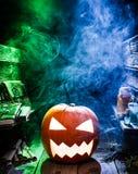 Dymienie Halloweenowa bania w witcher labolatory z kopii przestrzenią fotografia stock