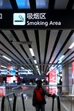 Dymienie hol podpisuje wewnątrz lotnisko zdjęcie stock