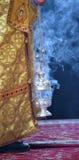 Dymienie kadzielnica i czarny tło zdjęcie royalty free