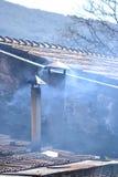 Dymienie komin dalej nakrywa dom Zdjęcia Royalty Free