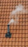 Dymienie komin na dachu obraz stock