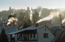 Dymienie kominu dymu zanieczyszczenie, małego domu miasteczko Fotografia Stock