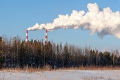 Dymienie kominy elektrownia na zima dniu obrazy royalty free