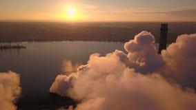 Dymienie kominy przy zmierzchem zdjęcie wideo