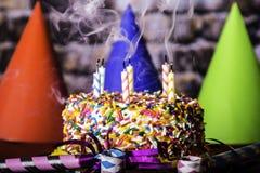 Dymienie świeczki na Urodzinowym torcie Obraz Stock