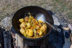 Dymlyama, plat traditionnel dans le chaudron Images stock