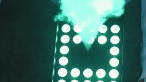 Dymna bomba pracuje w dyskotece dym podkreśla różnym światłem, a w górę, zwolnione tempo zbiory wideo