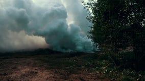 Dymna chmura od strzału wojenny zbiornik na batalistycznym polu wojska tła odosobniony cysternowy biel pojazd pancerny zbiory