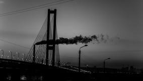 Dymni fabryczni zawieszenie mosty po zmierzchu Obraz Stock