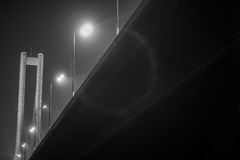 Dymni fabryczni zawieszenie mosty po zmierzchu Zdjęcie Royalty Free