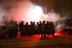 Dymni kanistery wszczynający utrzymywać porządek przed Tureckim konsulatem w Mediolan, Włochy Fotografia Stock