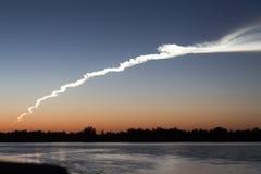 Dymny ślad od rakiety przy zmierzchem z odbiciem w wodzie zdjęcia stock