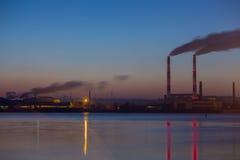 Dymny fabryczny zawieszenie most po zmierzchu Obrazy Stock