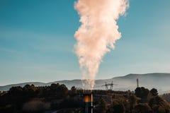 Dymny komin od fabryki Pojęcie zanieczyszczenie Fotografia Royalty Free