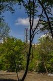 Dymny przemysłowy komin przeciw niebieskiemu niebu zdjęcie royalty free