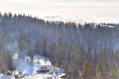 Dymny przybycie od kominu mały dom Obraz Stock