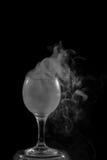 Dymny shisha w koktajlu szkle na czarnym tle fotografia royalty free