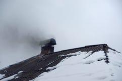 Dymny wydźwignięcie od kominu w zimie fotografia stock
