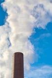 Dymny wydźwignięcie od przemysłowego kominu Zdjęcie Stock