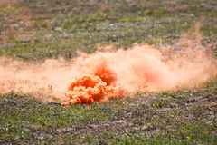 Dymny wyrko z chmurami pomarańcze dym na pole bitwy obrazy stock