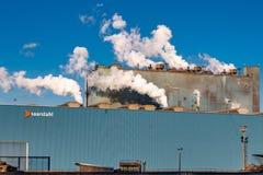 Dymy opary dekatyzują Deutsch Saarstahl stalowa fabryka dłudzy produkty, stalowy kołysanie się w Volklingen, Saarbrà ¼ cken zdjęcia royalty free