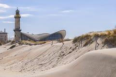 Dyn för fyrWarnemunde sand Arkivfoton