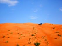 Dyn som slår med 4 hjul, åker lastbil i den Wahiba öknen, Oman fotografering för bildbyråer