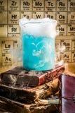 Dynamiczna błękitna składowa chemiczna reakcja w laboratorium fotografia royalty free