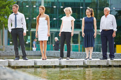 Dynamiczna biznes drużyna przed biurem Zdjęcie Royalty Free