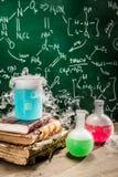 Dynamiczna chemiczna reakcja na chemii lekcjach zdjęcia royalty free